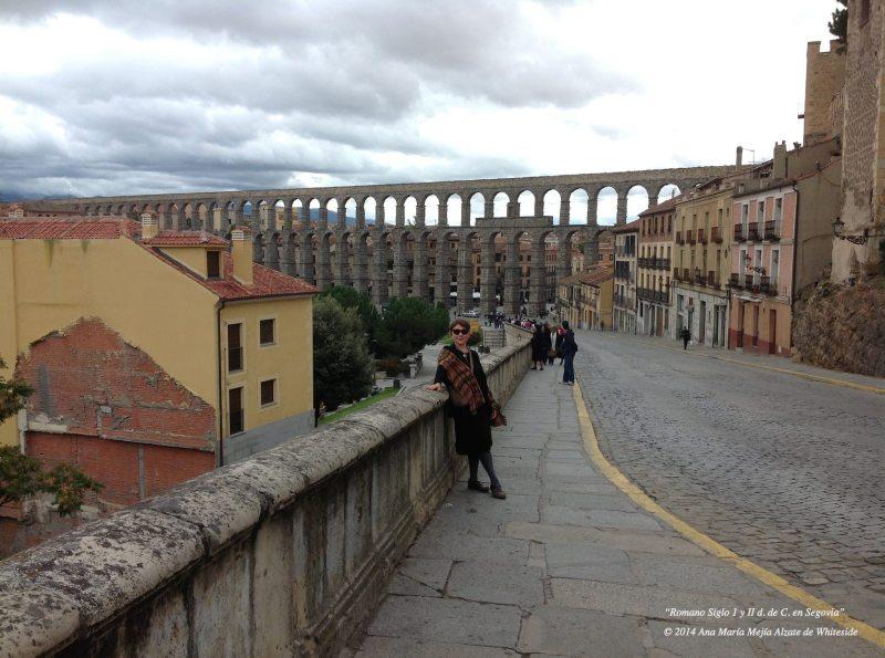 Al fondo arquería del acueducto de Segovia, Castilla y León, España